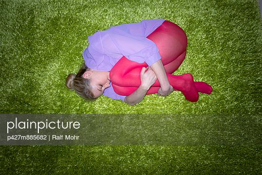 Frau liegt auf dem Boden - p427m885682 von R. Mohr