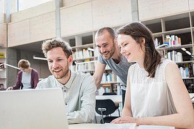 Gruppe Studenten am Laptop in der Bibliothek - p1284m1452114 von Ritzmann