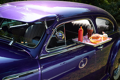 Typical American fast food on tray at vintage car, Chevrolet Fleetline - p300m2131753 von Bernados