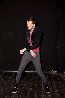 Junger Mann tanzt - p341m1216626 von Mikesch
