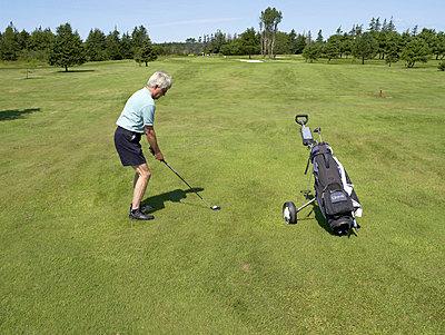 Senioren beim Golf spielen  - p6430180f von senior images RF
