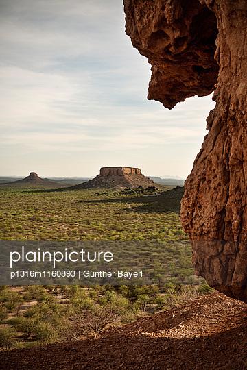 Blick vom Vingerklip auf Ugab Terassen, Ugab Fluss Tal, Namibia, Afrika - p1316m1160893 von Günther Bayerl