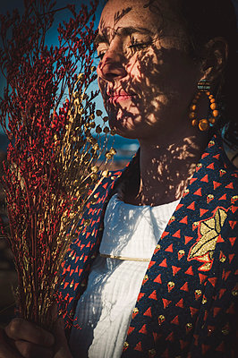 Woman with dried flowers, portrait - p1150m2264239 by Elise Ortiou Campion