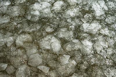Gebrochenes Eis in einem See - p1243m1553090 von Archer
