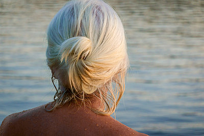 Mature woman with wet hair on the waterfront - p1418m2002164 by Jan Håkan Dahlström