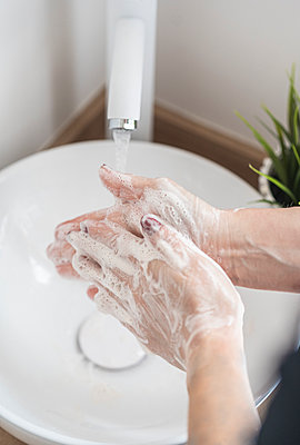 Close-up of woman washing her hand with soap - p300m2189516 by SERGIO NIEVAS