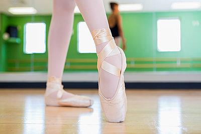 Mixed race ballerina practicing in studio - p555m1463773 by Marc Romanelli