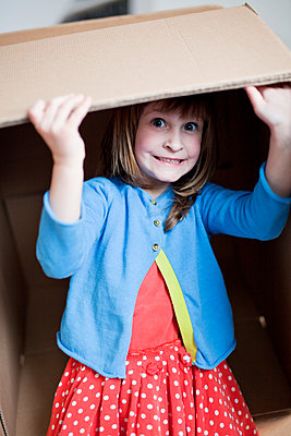 Girl playing with cardboard box - p699m2007793 by Sonja Speck
