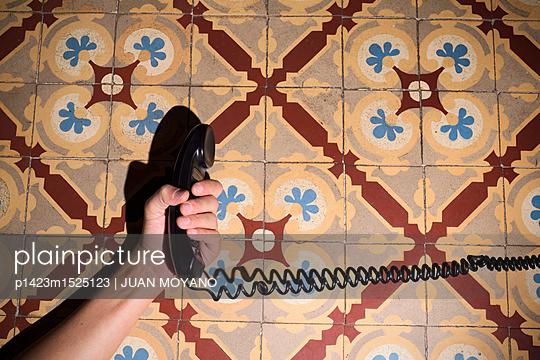 Hand hält - p1423m1525123 von JUAN MOYANO
