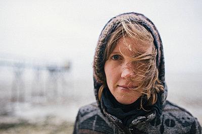 Porträt einer Frau mit Kapuze - p1046m1045304 von Moritz Küstner