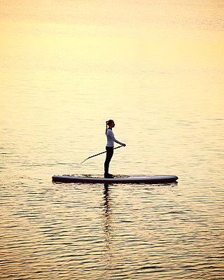 Stand up Paddle in Hamburg - p1124m1011379 von Willing-Holtz