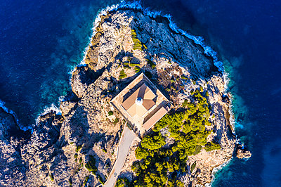 Spain, Mallorca, Cala Ratjada, Helicopter view of Far de Capdepera lighthouse in summer - p300m2197321 by Martin Moxter