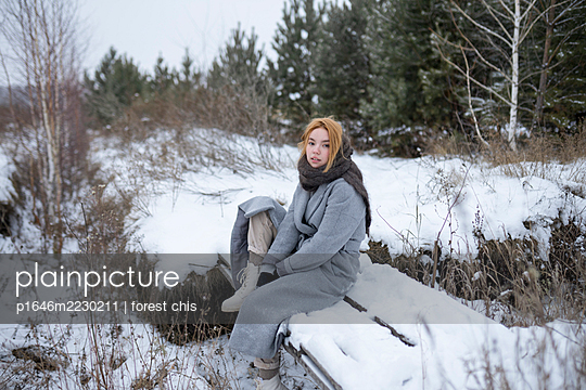 Russia, Young woman in winter clothes in snowy landscape - p1646m2230211 by Slava Chistyakov
