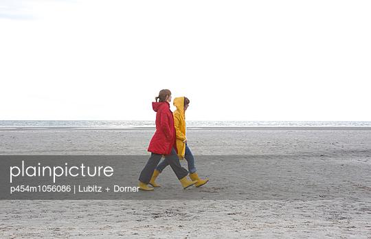 Keeping pace - p454m1056086 by Lubitz + Dorner