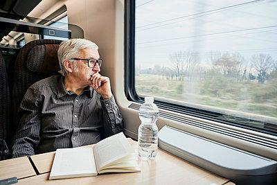 Mann Zug nachdenklich - p1312m2020092 von Axel Killian