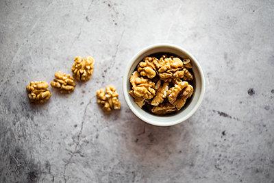 Bowl of peeled walnuts - p300m2188636 by Giorgio Fochesato