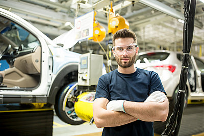 Portrait of confident worker in modern car factory - p300m2246048 by Westend61