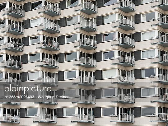 Fassade eines Wohnblocks - p1383m2026493 von Wolfgang Steiner