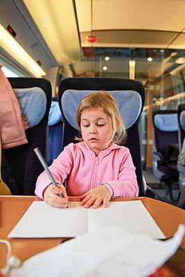 Mädchen im Zug - p902m955772 von Mölleken