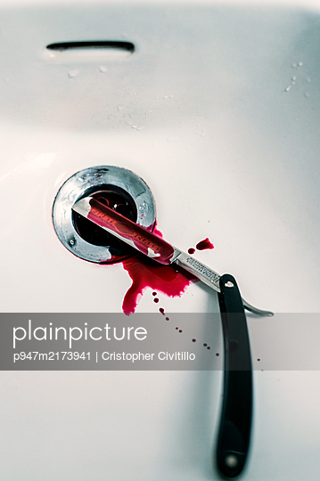 Blood-stained razor in wash basin - p947m2173941 by Cristopher Civitillo