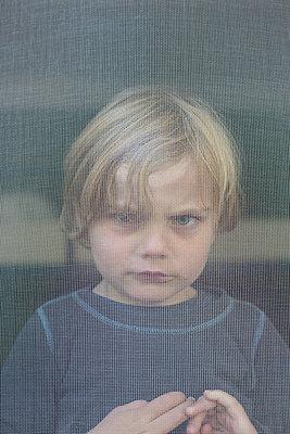 Junge am Fenster - p1308m2126709 von felice douglas
