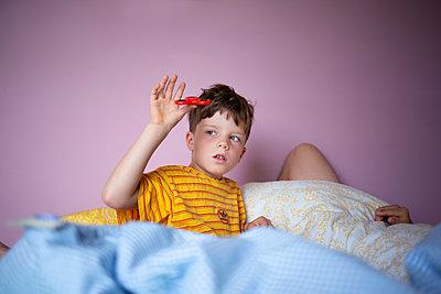 Junge im Bett - p1308m2247484 von felice douglas