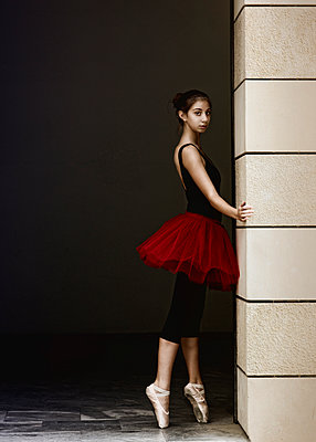 Young ballerina on tiptoes - p1445m2125916 by Eugenia Kyriakopoulou