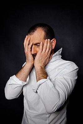 Mann mit Händen auf seinem Gesicht - p1521m2150067 von Charlotte Zobel