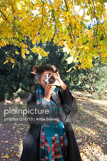 Junge Frau mit Kamera - p1325m1216713 von Antje Solveig