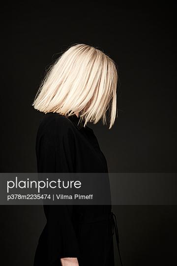 Portrait of blond woman - p378m2235474 by Vilma Pimeff