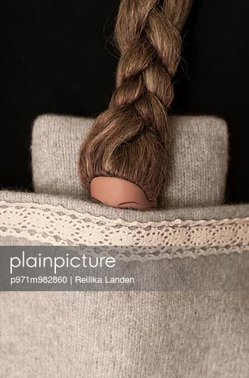 Puppe mit vielen Haaren - p971m982860 von Reilika Landen