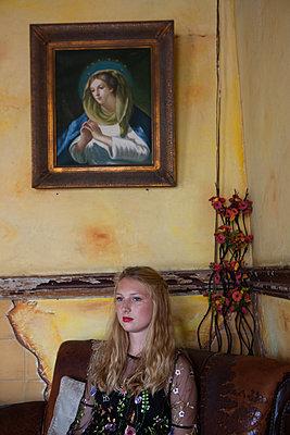 Im Wohnzimmer unter Maria Abbild - p045m1586190 von Jasmin Sander