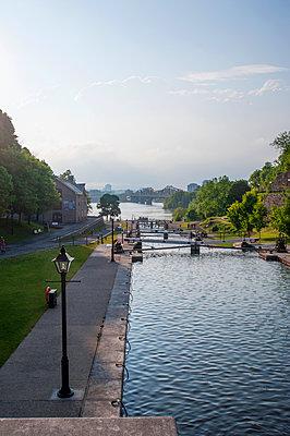 Locks in Rideau Canal under blue sky, Ottawa, Ontario, Canada,Ottawa, Ontario, Canada - p1100m2084242 by Mint Images