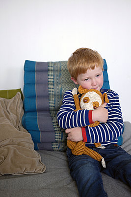 Junge kuschelt mit seinem Stofftier - p116m1538902 von Gianna Schade