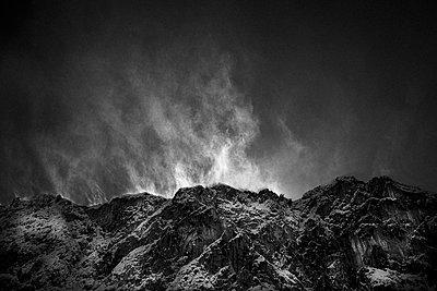 Wind bläst Schnee von Bergspitzen, von Lamsenjoch Hütte Karwendel, Tirol, Österreich - p1316m1161115 von Daniel Fort