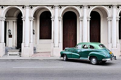Cuba, Havana, parking American vintage car - p300m1121133 by Stefan Espenhahn