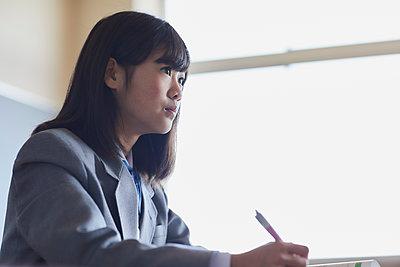 Mixed-race student in the classroom - p307m2003872 by Yosuke Tanaka