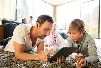 Vater und Sohn mit Tablet PC - p341m1137181 von Mikesch
