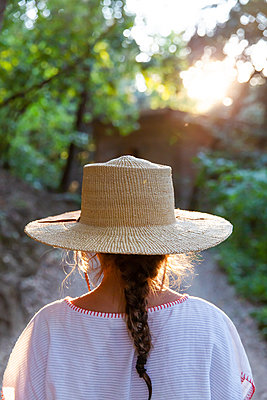 Girl with straw hat - p756m2125053 by Bénédicte Lassalle