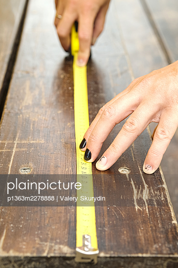 Male carpenter with painted fingernails - p1363m2278888 by Valery Skurydin