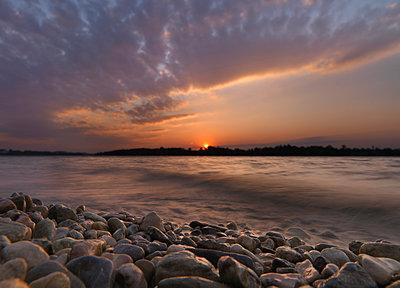 Kieselsteine am Strand im Sonnenuntergang, Fraueninsel, Chiesee, Bayern, Deutschland - p1316m1161099 von Ulli Seer
