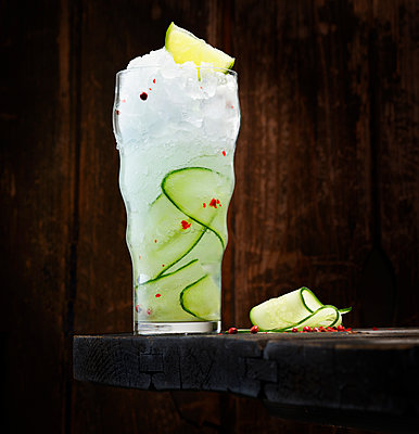 Gin Tonic with gin, tonic, cucumber, lime and red pepper - p300m1587494 von Kai Schwabe