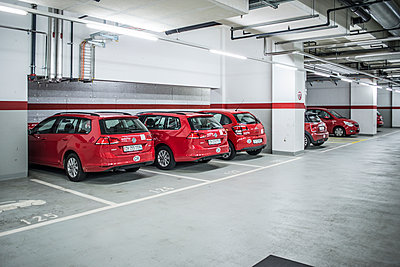 Red cars in underground garage - p846m1355459 by exsample