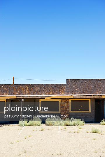 Verlassenes Motel in der Wüste - p1196m1182349 von Biederbick & Rumpf