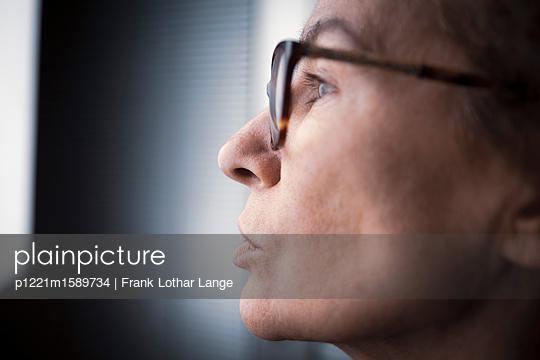 Frau mit Brille - p1221m1589734 von Frank Lothar Lange
