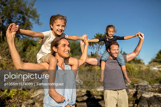 Familie mit zwei Kindern - p1355m1574089 von Tomasrodriguez