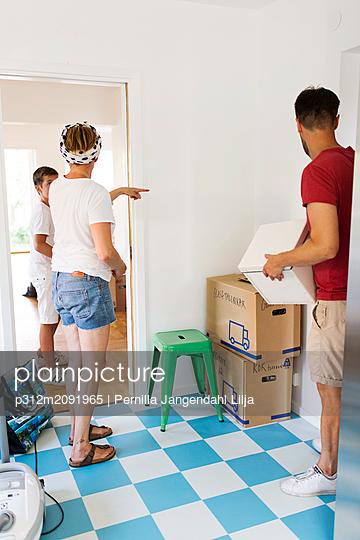 Family moving house - p312m2091965 by Pernilla Jangendahl Lilja