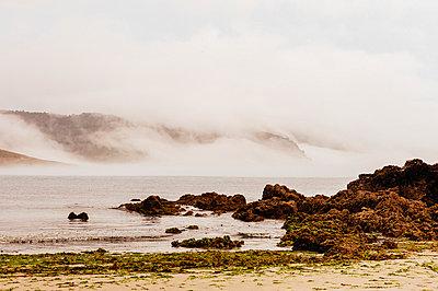 Bucht im Nebel - p1085m854200 von David Carreno Hansen