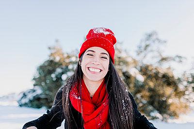 Perales de tajuna, Madrid, Spain. Young woman enjoying the snow in the countryside - p300m2256973 von Manu Reyes