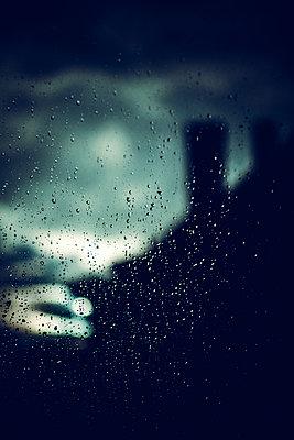 Fenster mit Regentropfen - p772m1425595 von bellabellinsky